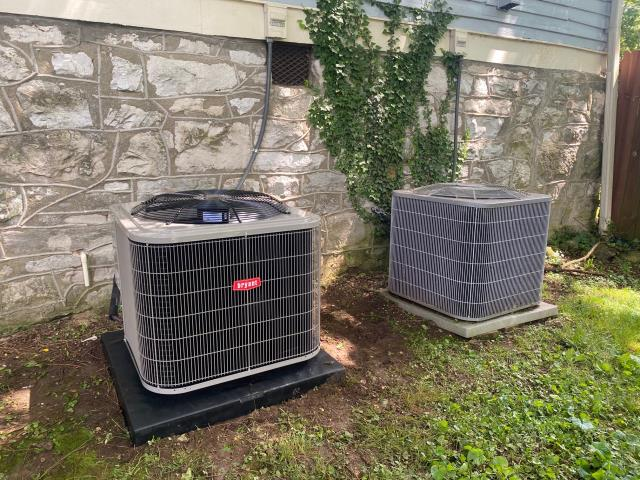 Bowling Green, KY - Replaced an old Carrier air conditioner with a new Bryant 114 Air Conditioner.  The compressor went out in the old Carrier.  Higher Efficiency and years of trouble free service  are the highlights of this installation.  Air Conditioning Bowling Green, KY.  14 SEER, Puron, and a new pad..