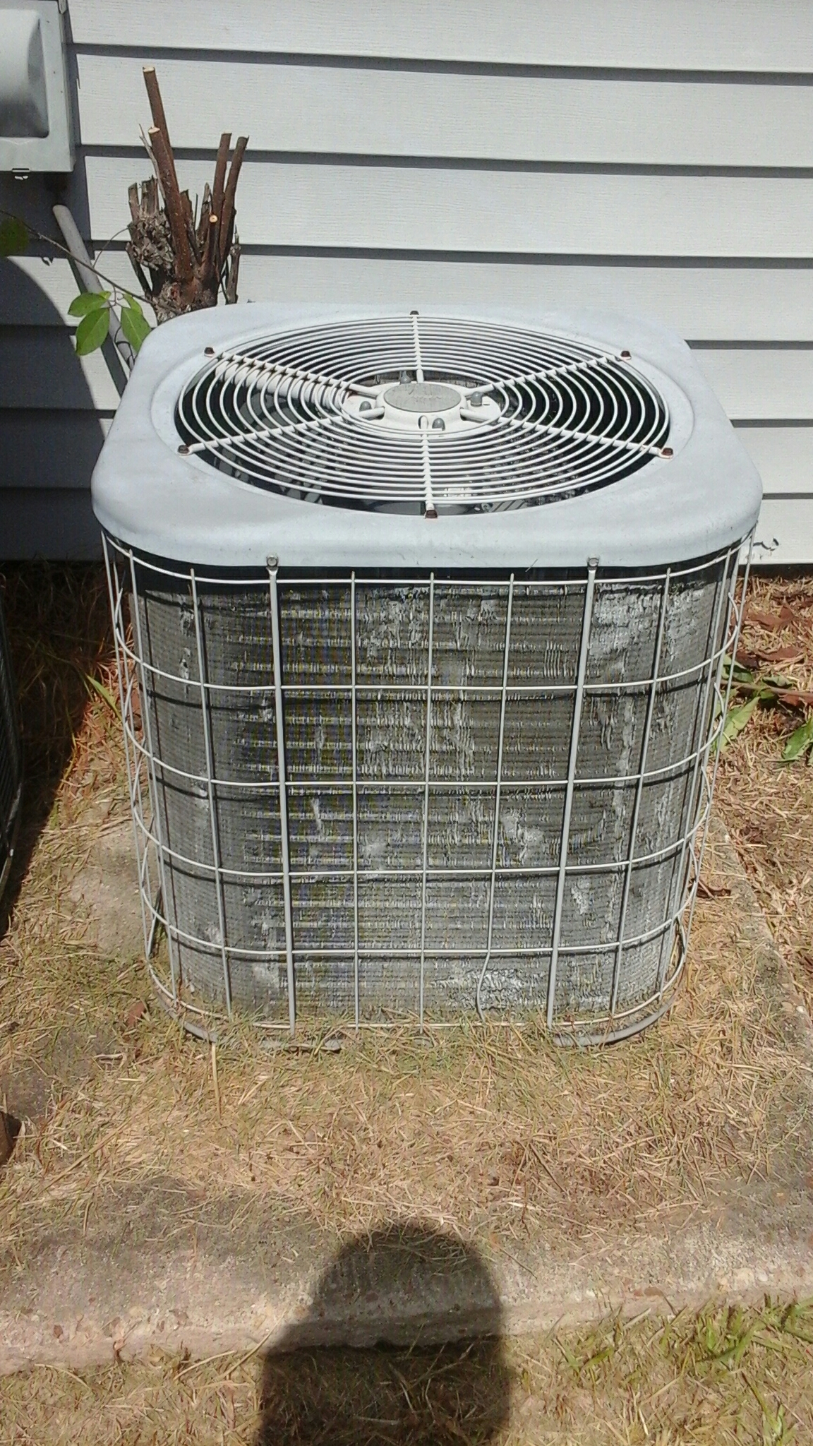 Zachary, LA - 2000 model Amana condenser not coooing. Unit has incorrect fan blade that was replaced by another company.