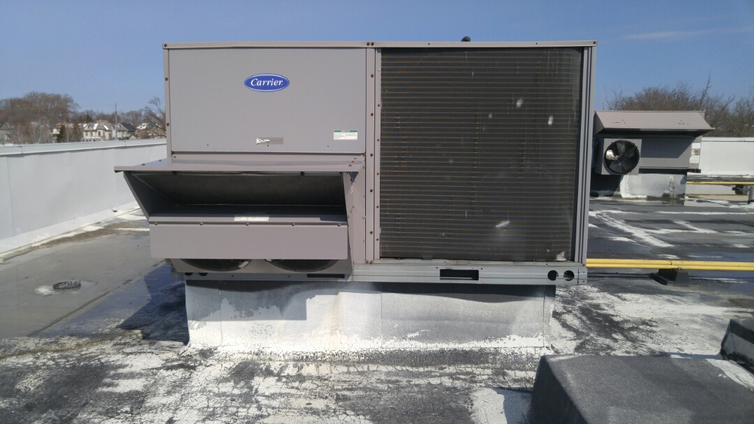Niagara Falls, ON - Service call. Performed rooftop unit repair on Carrier unit.