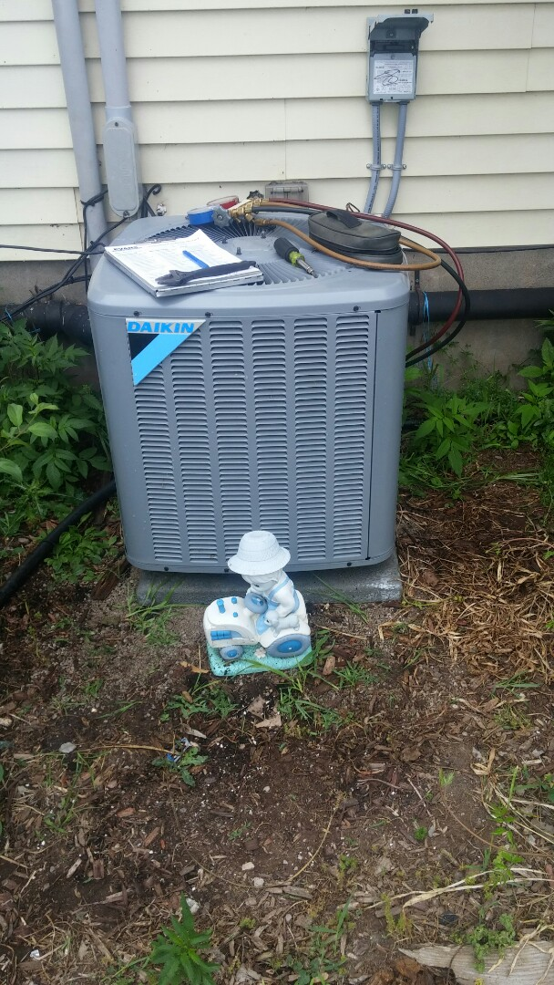 Niagara Falls, ON - Maintenance and inspection of Daikin air conditioner.