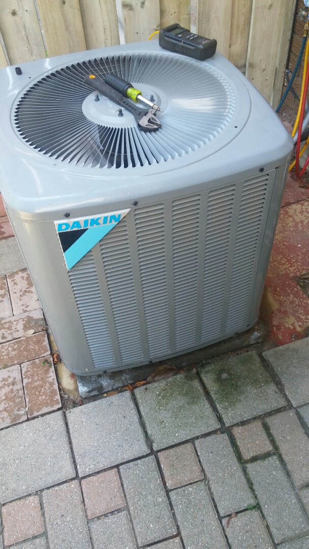Niagara Falls, ON - Maintenance and inspection of Daikin air conditioner