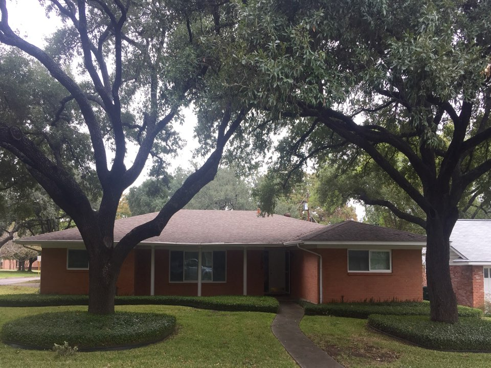 San Antonio, TX - The team at Integrity Roofing uses Weatherwood dimensional shingles for rood replacement on this lovely home in the Alamo Heights are.