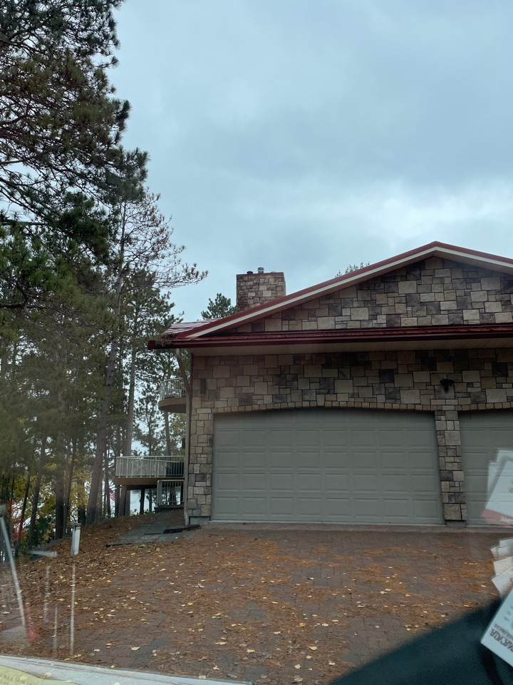 Lake Shore, MN - Working with steel roofs protecting this home from water damage call Advantage Seamless gutters you're Lakes area Lake country Gull Lake Nisswa gutter experts 5 inch 6 inch
