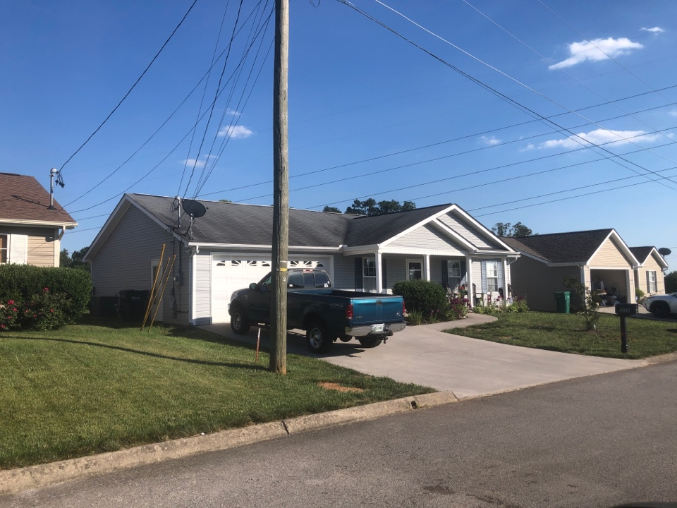 Powell, TN - I'm here to provide a free repair/ replace estimate on this roof.