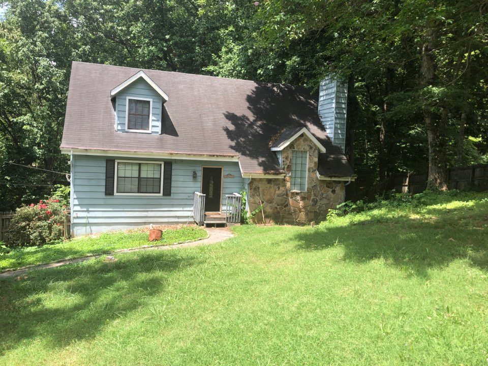 Knoxville, TN - I'm here to inspect the exterior of this house. The homeowner wants estimates to replace the roof, siding and gutters.