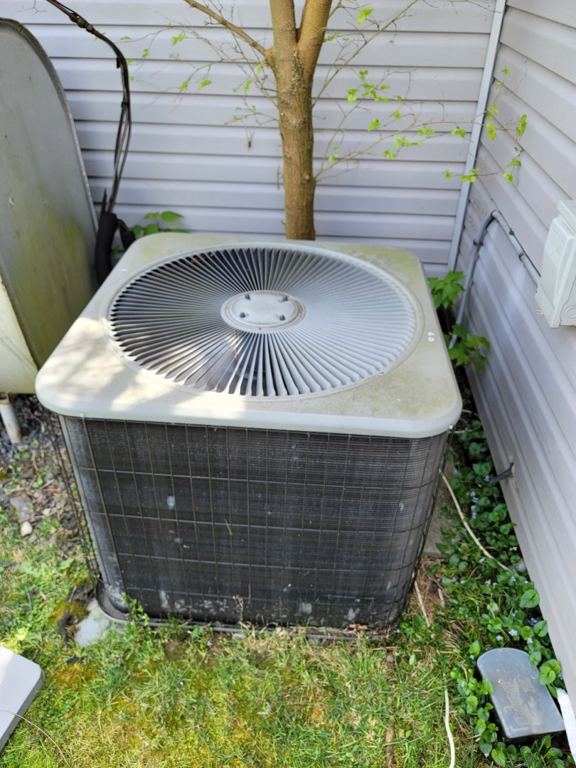 Bensalem, PA - AC service call, air conditioning repair on Lennox unit.