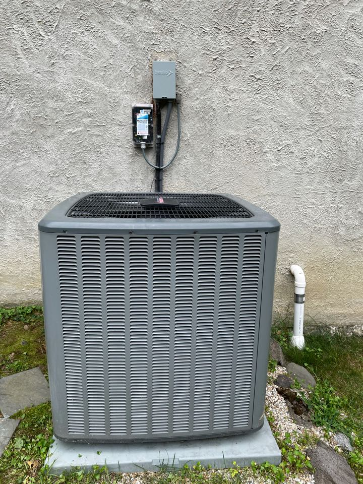 MicroAir EasyStart control installed on an Amana 4 ton 2 stage Condenser. Reduced starting amps in half