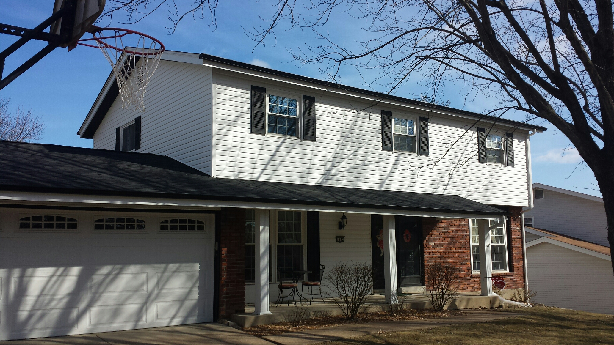 Maryland Heights, MO - Aspen Touch Home vinyl siding job. New insulated vinyl siding looks fantastic on this Chesterfield home.