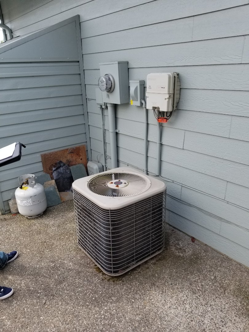 Marysville, WA - Providing an estimate to install a Lennox Elite Series EL16 air conditioner in Marysville.