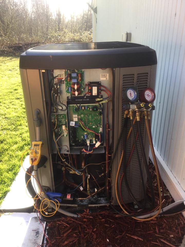Kirkland, WA - Performing a planned maintenance on a Lennox  Xp14 heat pump with a G60 Lennox gas furnace back up in Kirkland Wa.