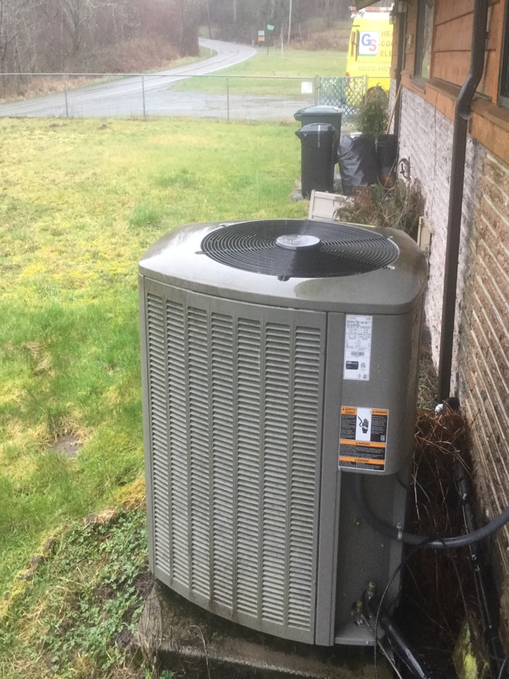 Snohomish, WA - Performing a planned maintenance on a Lennox heat pump in Snohomish, WA