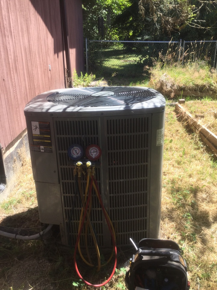 Performing a planned maintenance on a Lennox heat pump in Snohomish, WA