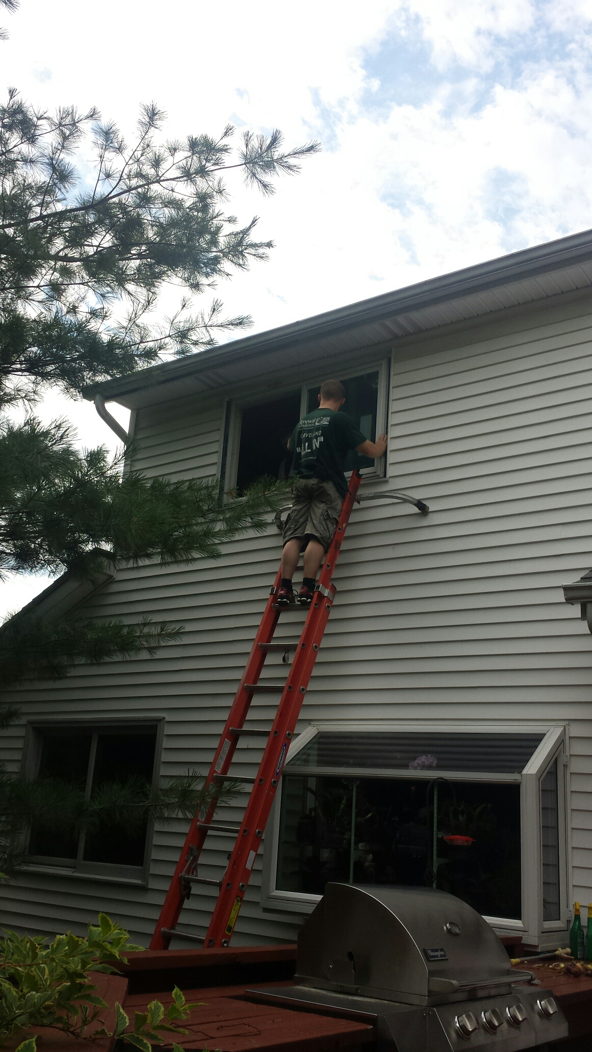 Strongsville, OH - Installing beautiful double hung windows in Strongsville. Renewal by Andersen