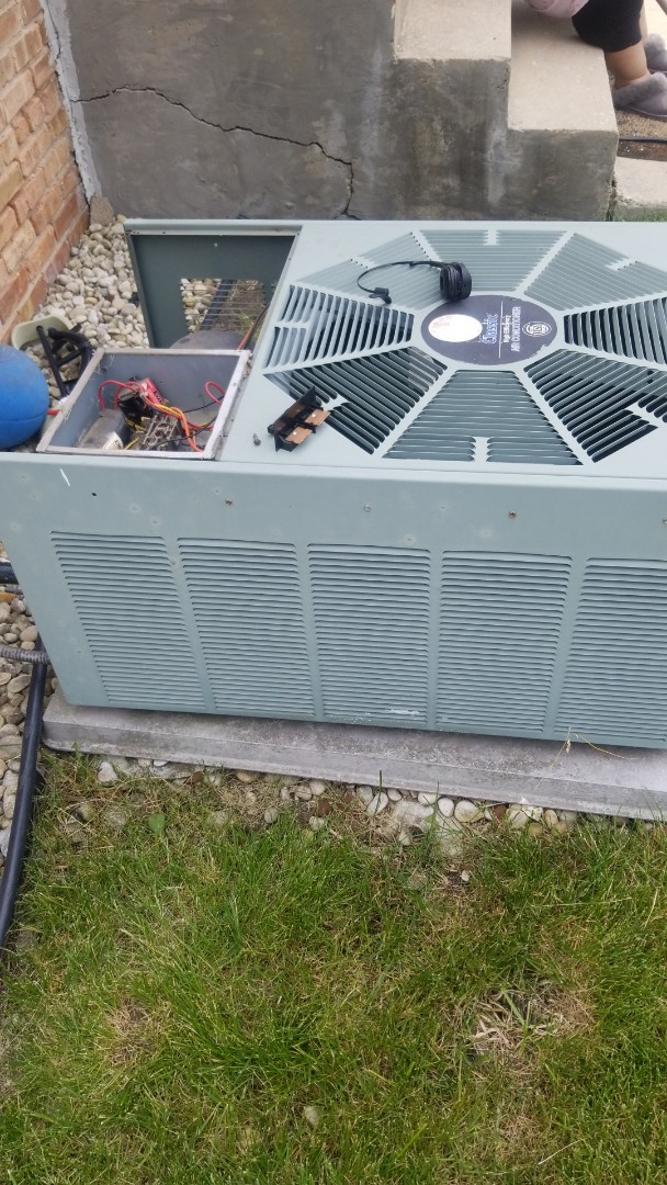 Chicago, IL - Airconditioning maintenance on Rheem unit