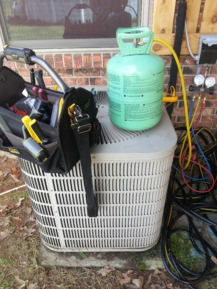 Foreman, AR - Temporary fix of adding R22 Freon to a Goodman heat pump system.
