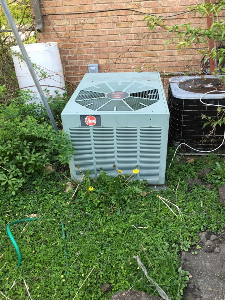 Morton Grove, IL - Spring Ac-tuneup in Morton grove, cleaning this Rheem unit.