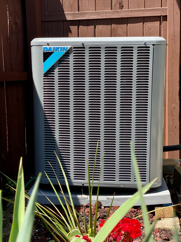 Villa Park, IL - Air conditioning clean and check on a Daikin unit!
