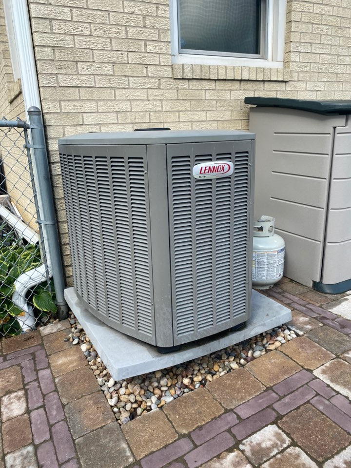 Schaumburg, IL - Clean and check on a Lennox unit.