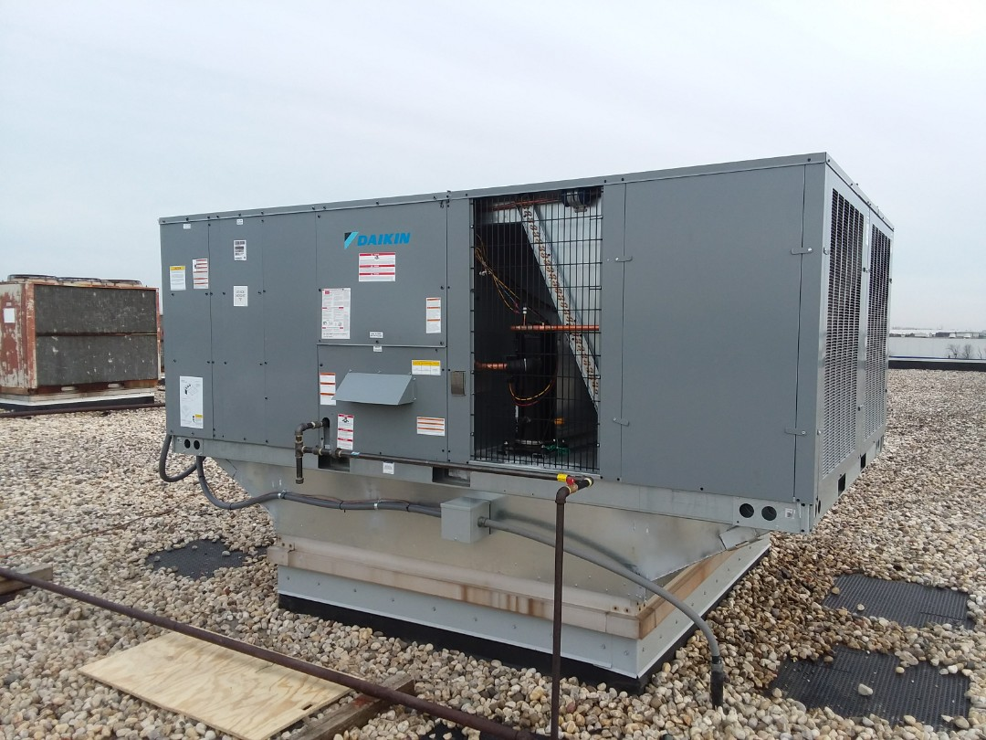 Bloomingdale, IL - Installing a new Daikin 20 ton commerical rooftop unit in Bloomingdale.