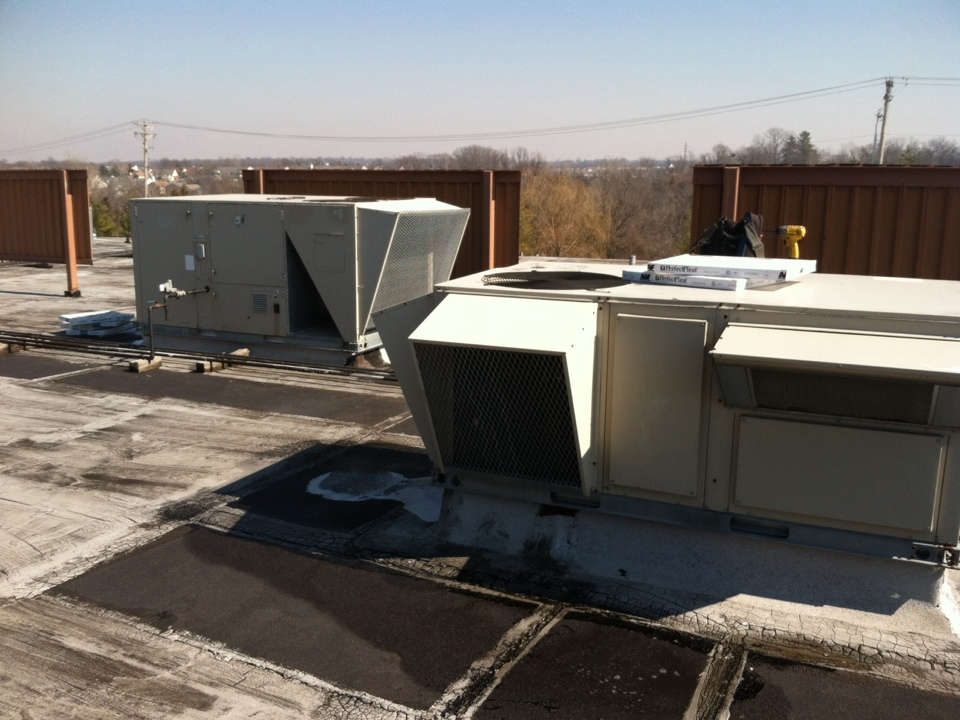 Wildwood, MO - Servicing lennox rooftop units.