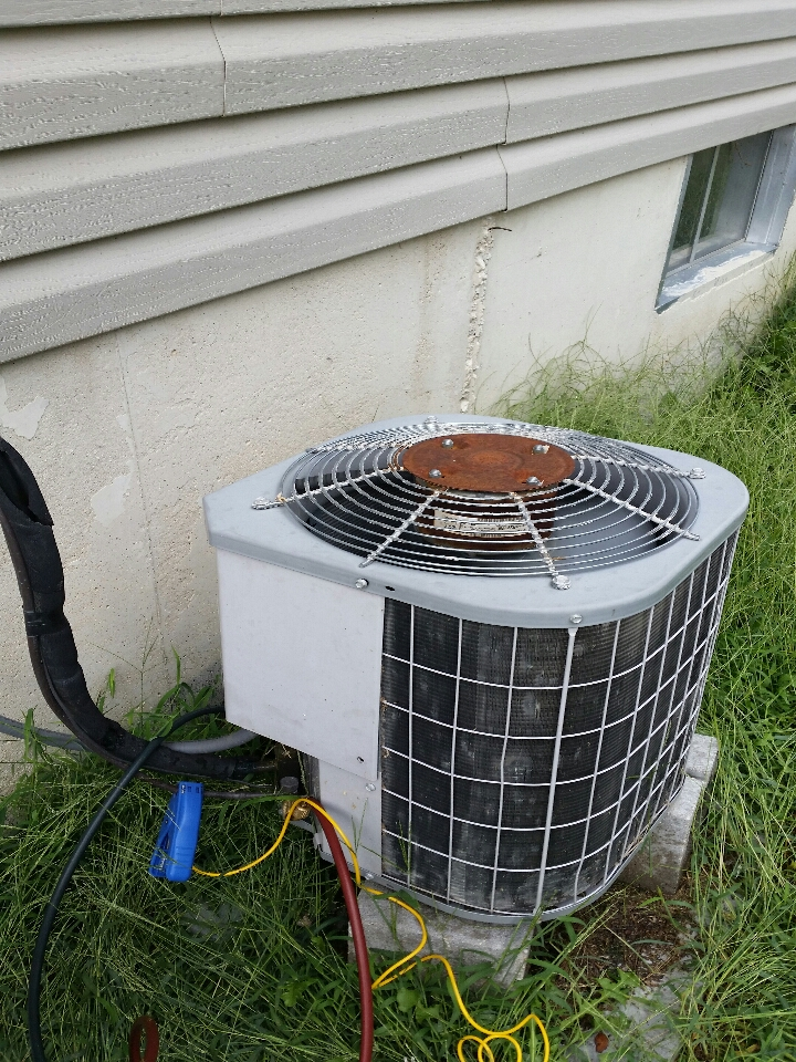 Wright City, MO - servicing a carrier condenser unit