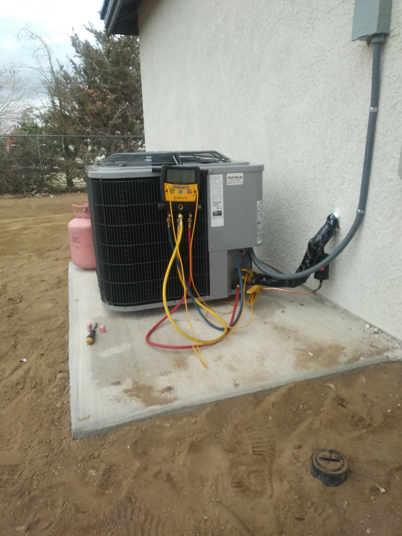 Hesperia, CA - 1/31/19. Hesperia Residential home Installing day and night 4 ton 14 seer condensing unit.