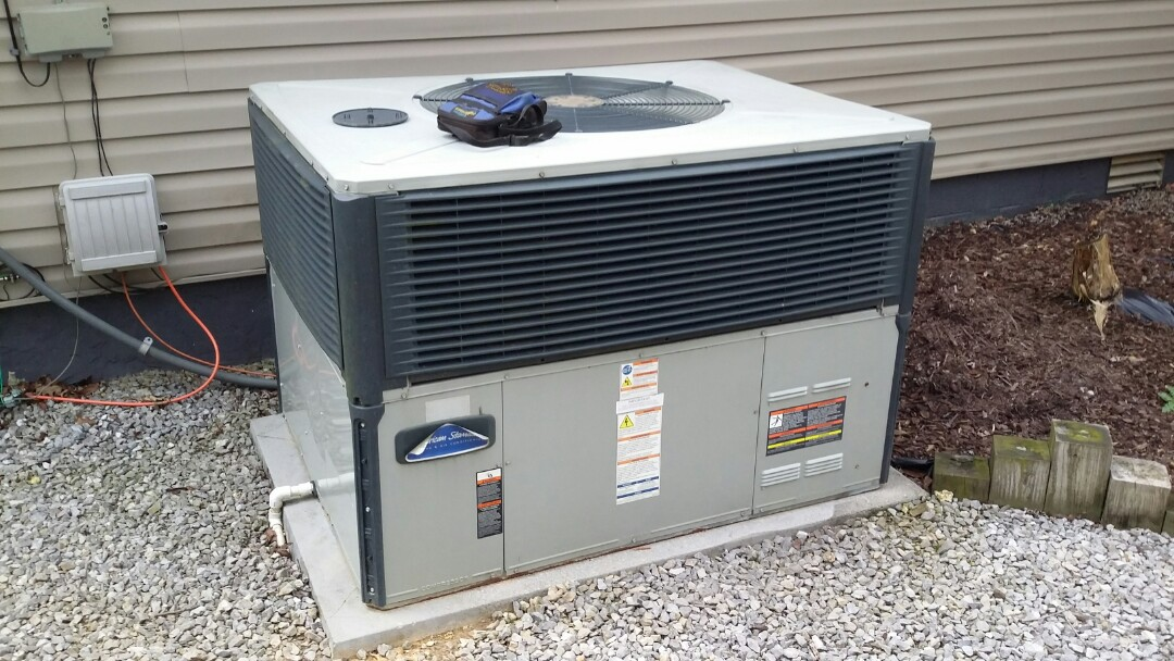 Lenoir City, TN - Working on American Standard Heat Pump in Lenoir City for a customer. Found bad run cap.