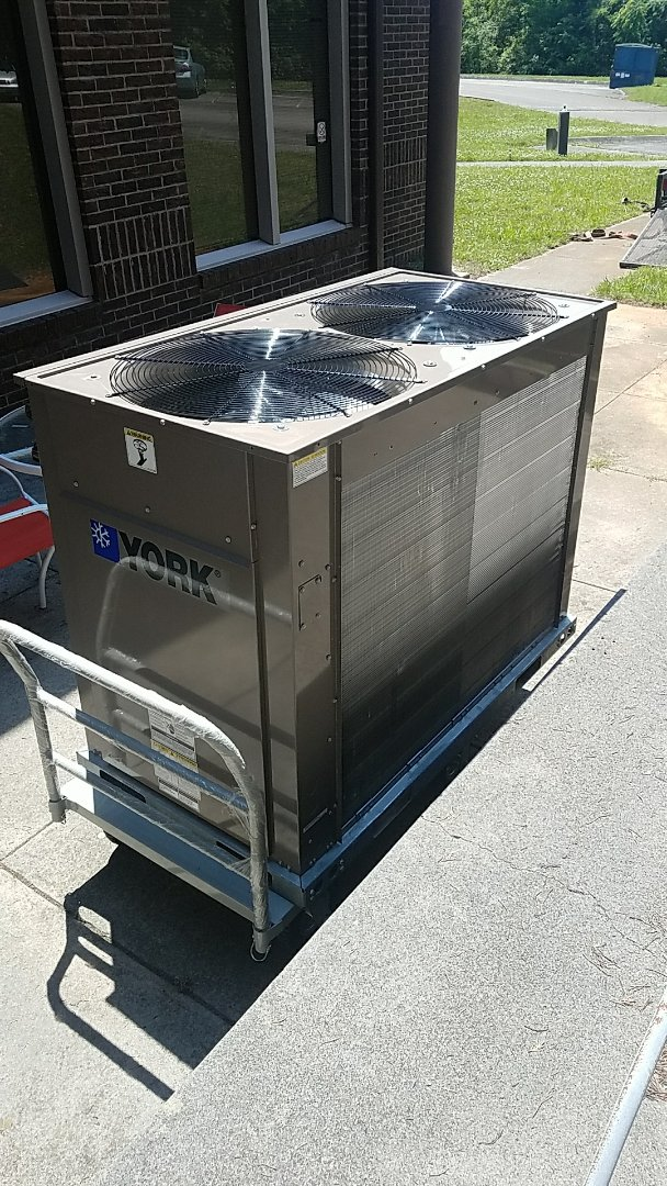 Seymour, TN - Installing New York 7.5 ton heat pump condenser unit in Seymour today.