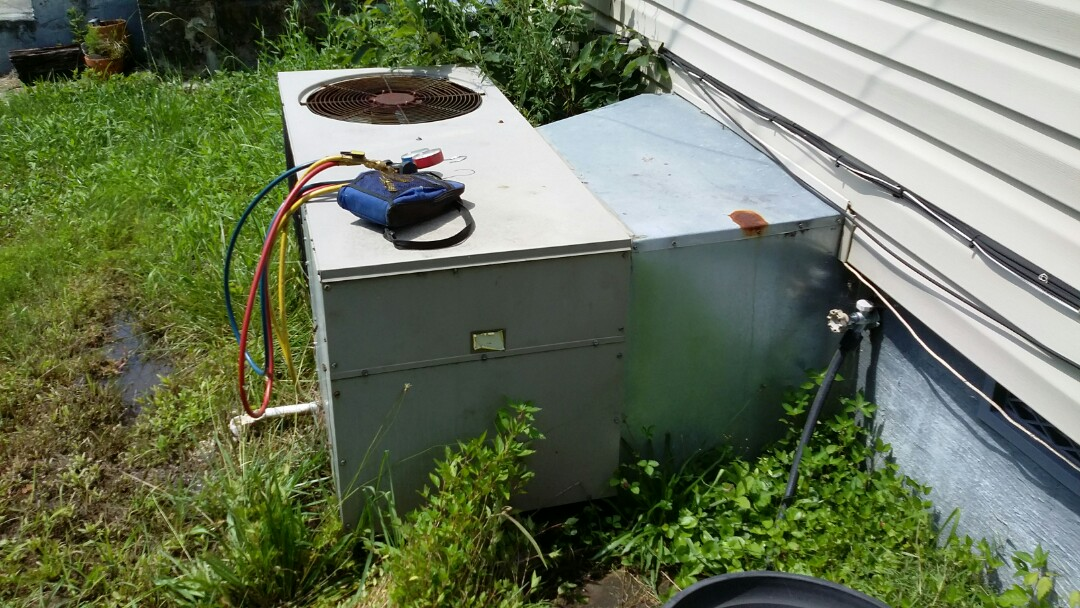 Knoxville, TN - Worked on a Janitol 2.5 Ton Heat Pump package unit in south Knoxville.