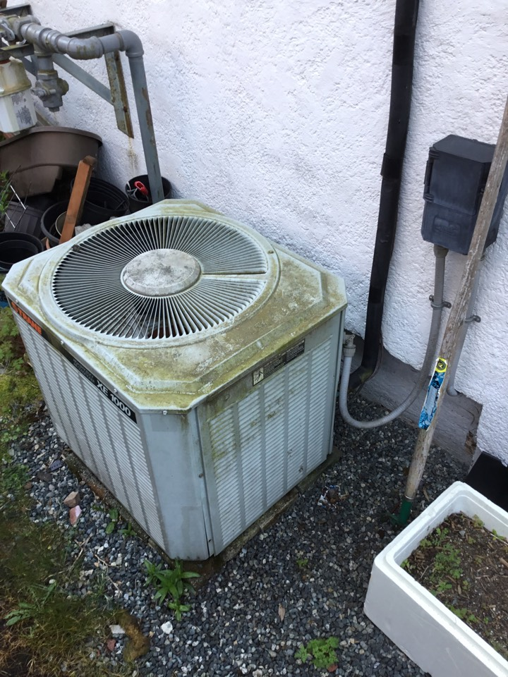 Chemainus, BC - Diagnosing a air conditioner that is low on refrigerant here in Chemainus!