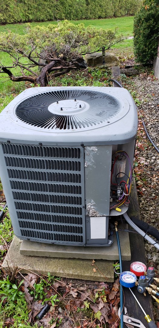 Vaughan, ON - Performing yearly maintenance on a Goodman 2.5 ton air conditioner in Woodbridge