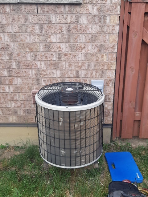 Vaughan, ON - Diagnostic on air conditioning  unit in Woodbridge  21 year old