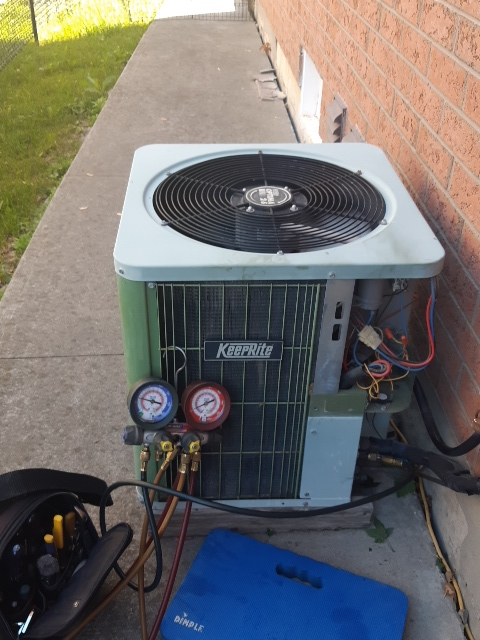 Air conditioning matinace on a old obsolete r22 unit in wood brige