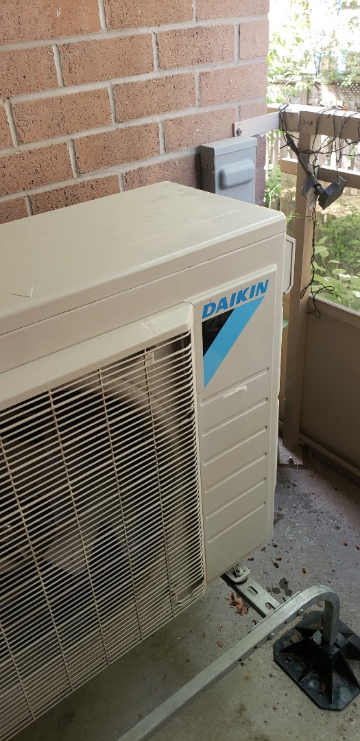 Mississauga, ON - Performing yearly maintenance on a Daikin ductless air conditioner with 2 indoor heads in Mississauga