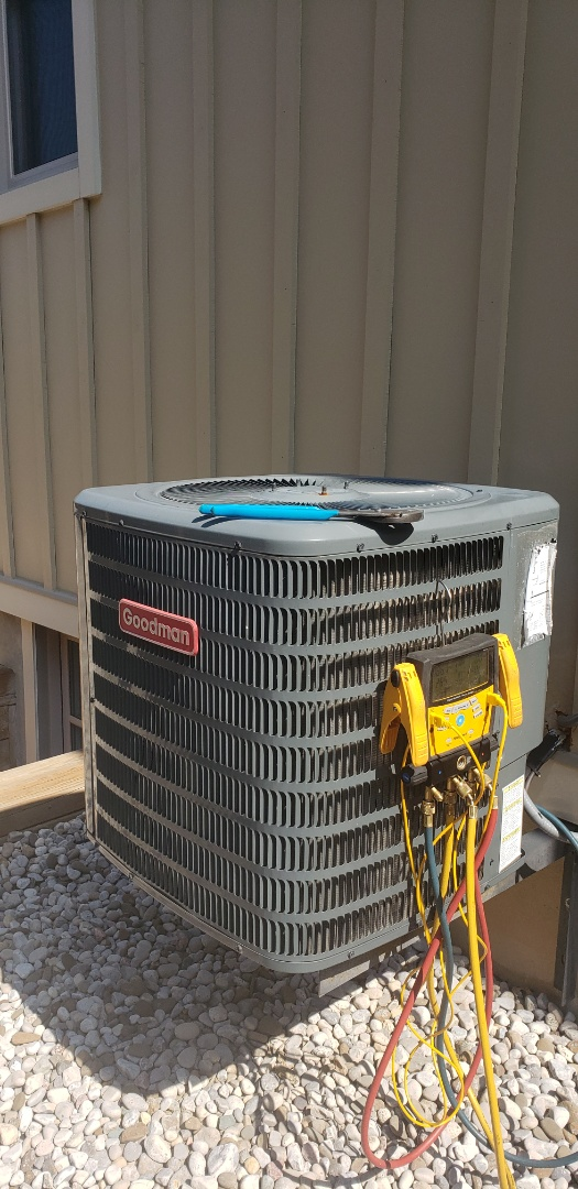 Niagara-on-the-Lake, ON - Performing yearly maintenance on a Goodman 2 ton air conditioner in Niagara on the Lake.