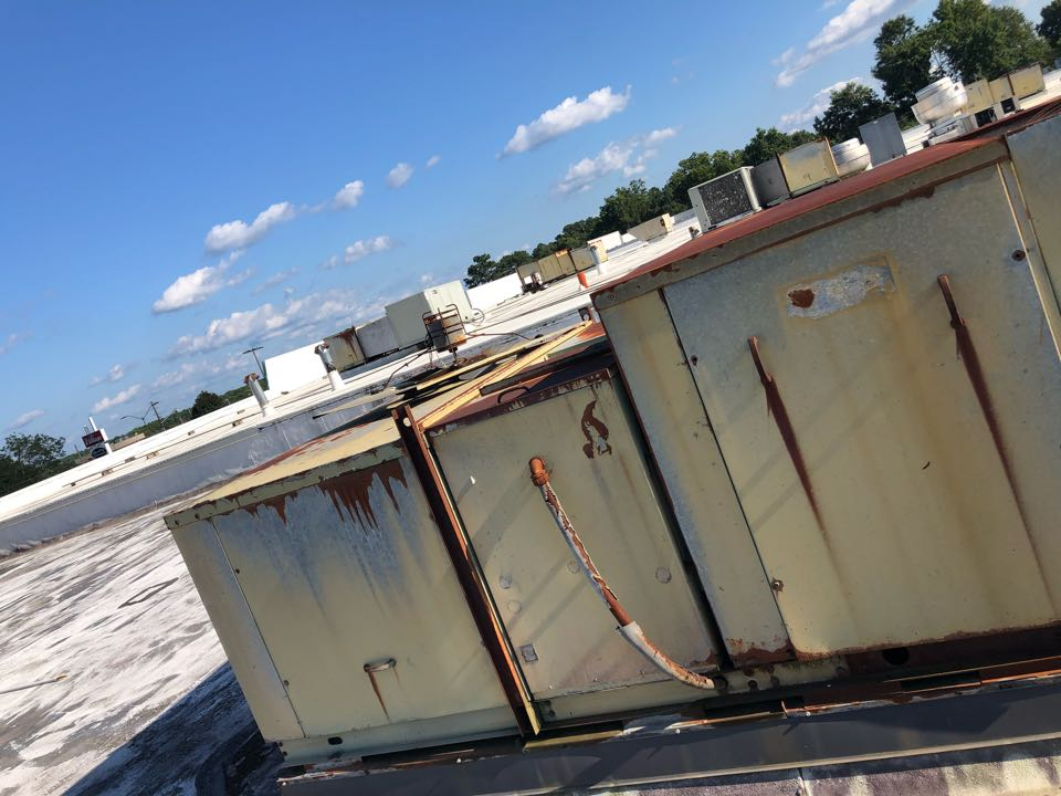 Hartwell, GA - Commercial building needs rooftop package air conditioner installed.