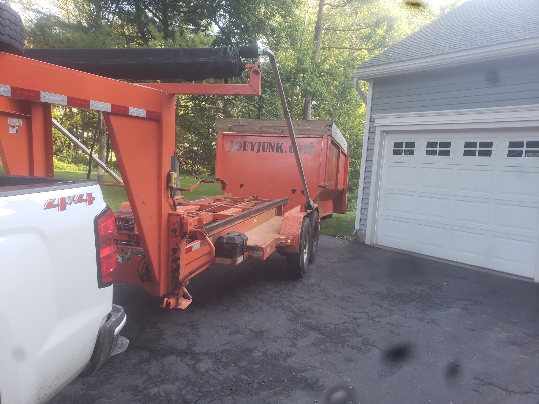 Niskayuna, NY - Dropping dumpsters in  Niskiuna New York 12309.For the sale of the house