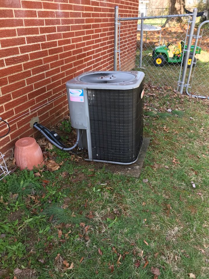 Carbondale, IL - Spring maintenance on Lennox air conditioner