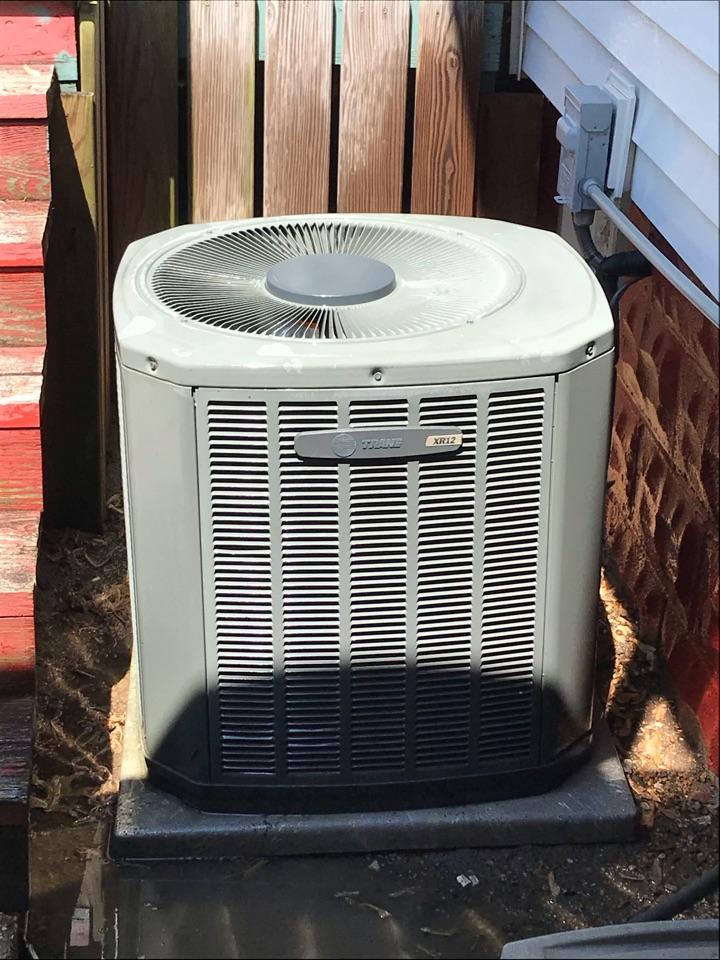 Murphysboro, IL - Spring maintenance on Trane air conditioner