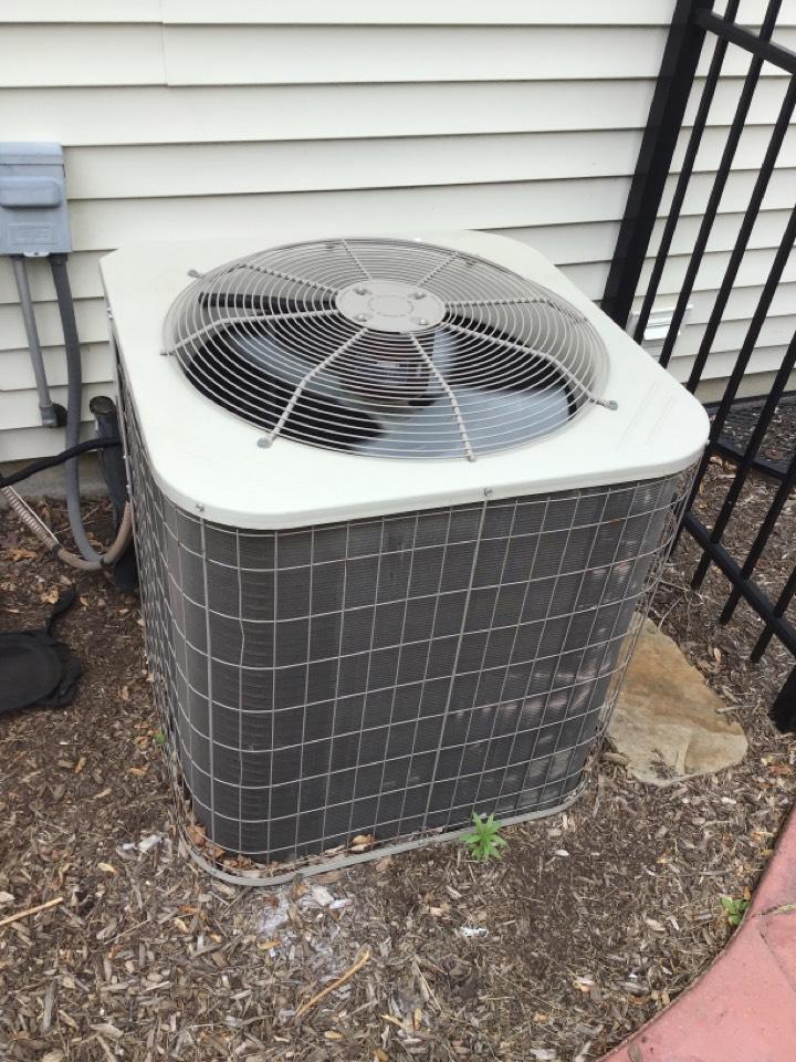 Aurora, IL - Payne air conditioner. Replacing capacitor.