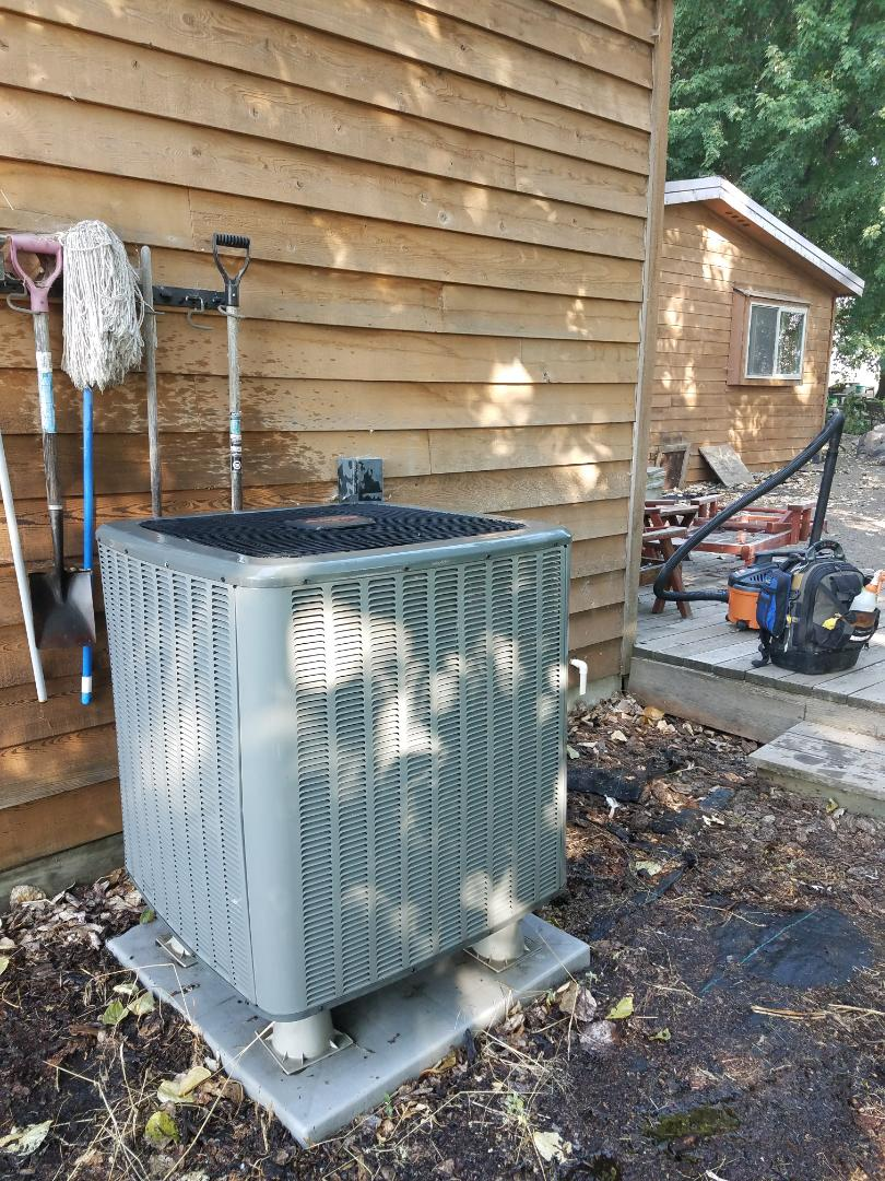 Selah, WA - Maintenance on a Amana Heat Pump.