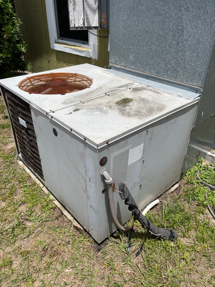 Eustis, FL - AC Installation Eustis FL - Replacing an  inefficient package unit in Eustis with a new Goodman.