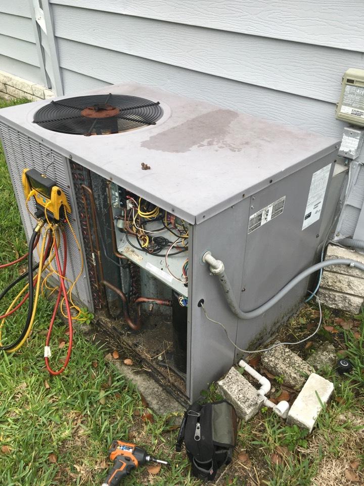 Zellwood, FL - AC Maintenance Zellwood - Maintenance on a Bryant package Unit at Zellwood