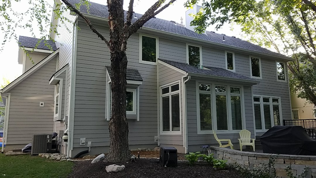 Leawood, KS - James Hardie ColorPlus Lap Siding with Beechworth Fiberglass Windows in Leawood.