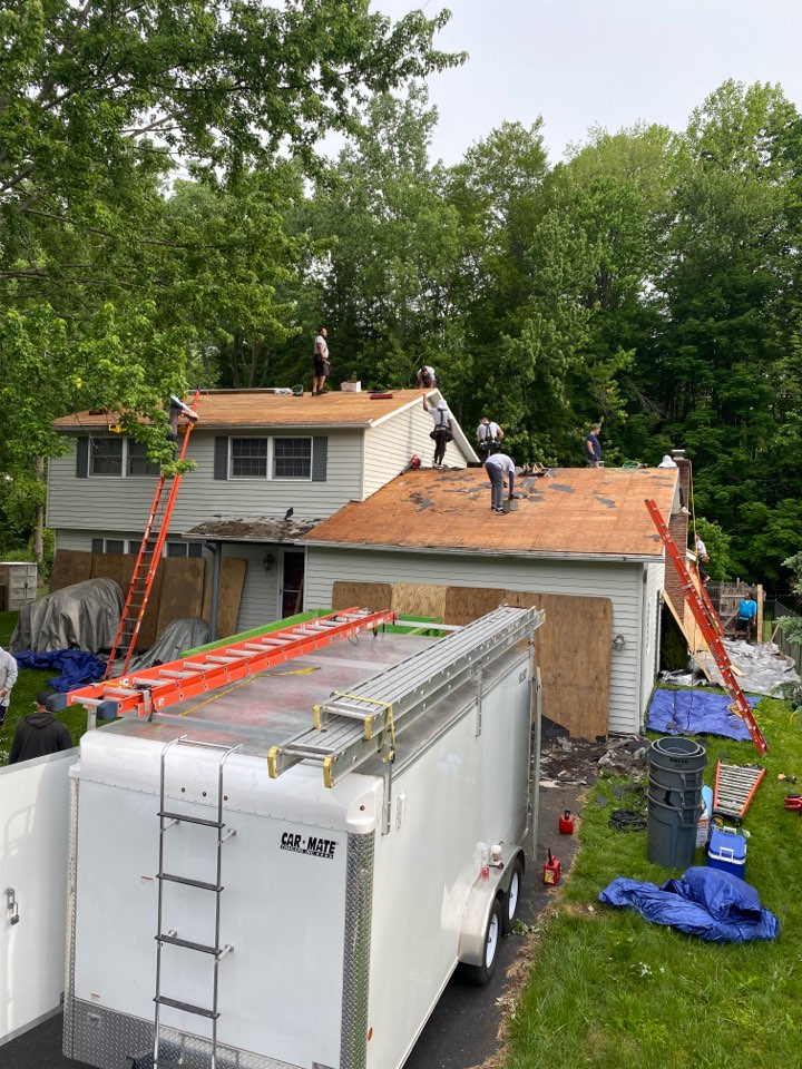 Minoa, NY - Complete tear off and new roofing system for this split level home in minoa. Installing architectural Owens Corning shingles!