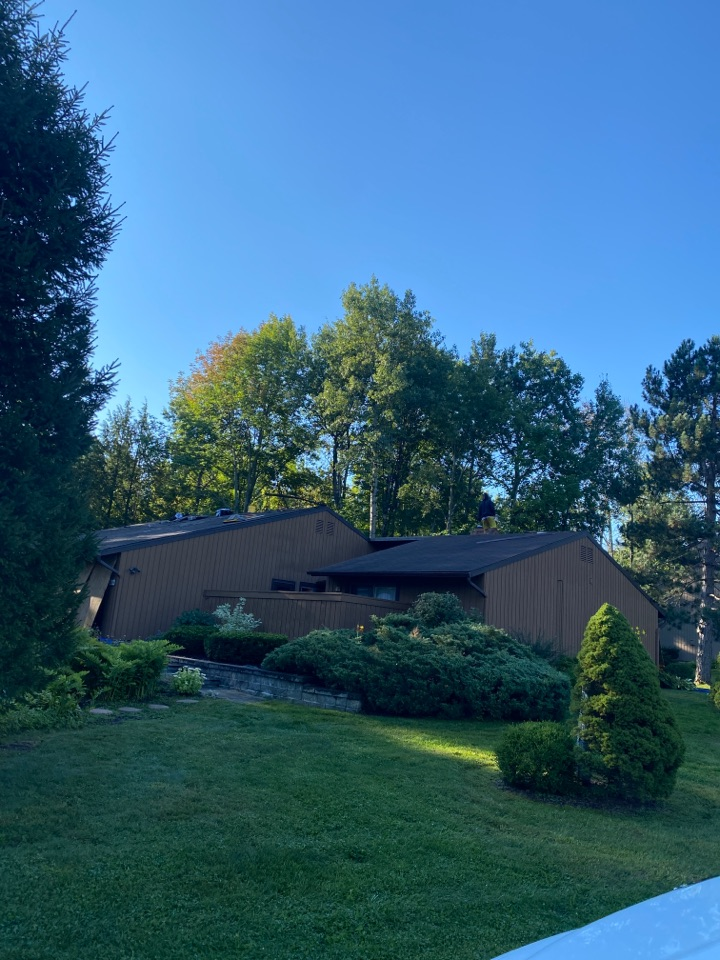 Baldwinsville, NY - Full roof replacement on this 40 sq townhouse in radison!