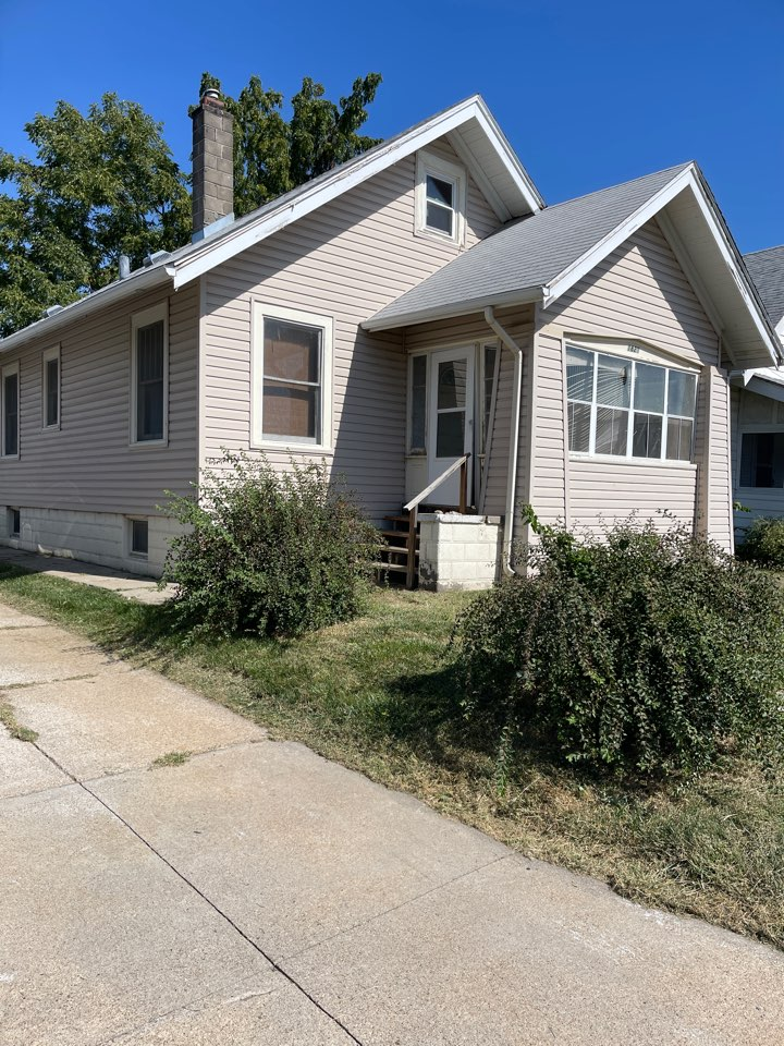 Omaha, NE - Giving roof repair estimate