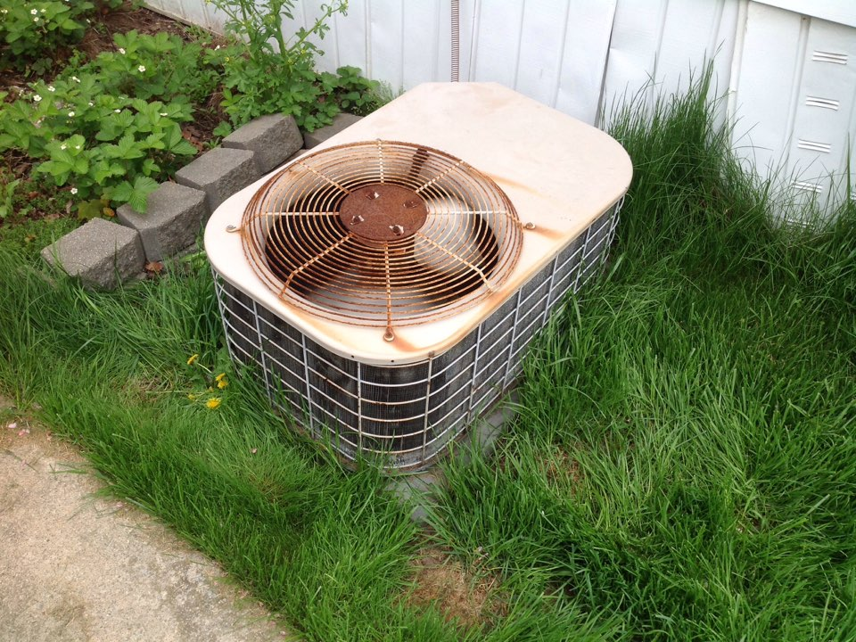Utica, MI - Service on a residential goodman air conditioner in Shelby township.