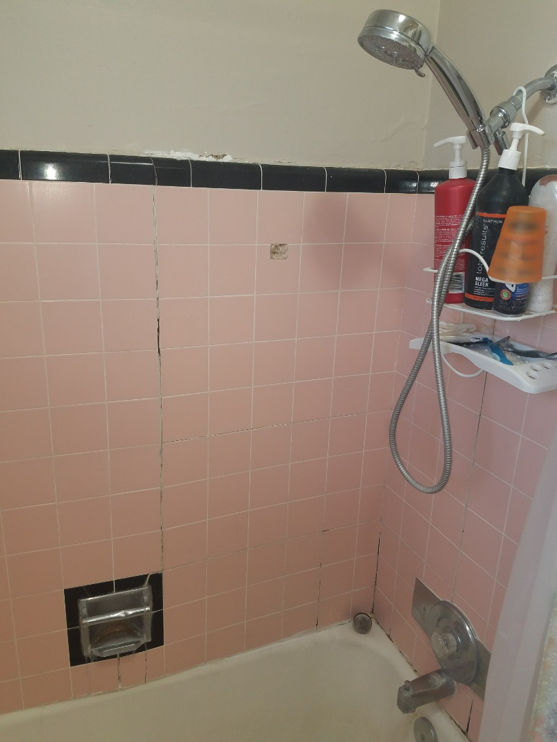 Syracuse, UT - Mold inspection in Syracuse Utah. This is an original 1950 shower, sort of retro looking. It actually looks sort of need, the problem is though there's water that's gotten behind the tub surround and there's mold back there. So to remove the mold and fortunately the tile tub surround will need to come out.