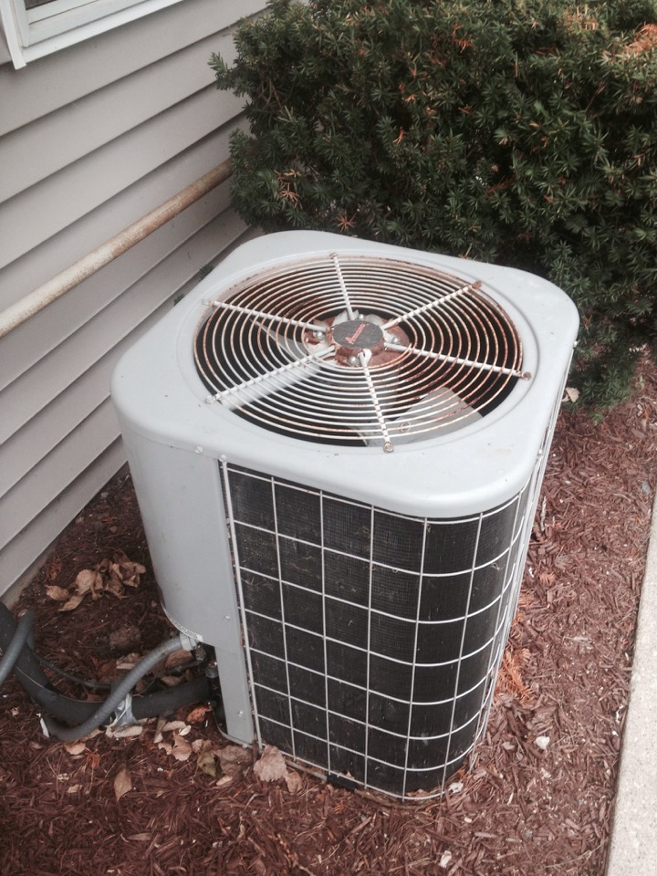 Sturgis, MI - Service call for an Amana air conditioner that isn't cooling. Fixed unit along with giving an estimate to replace the other system